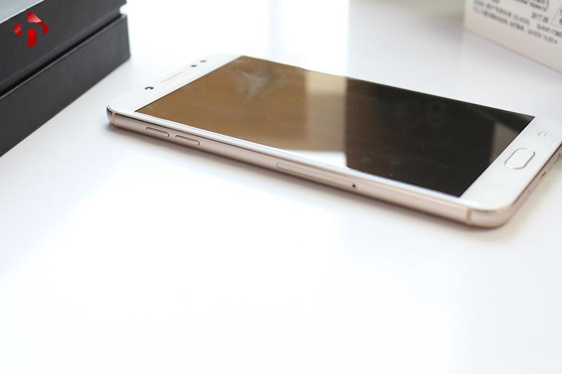 Cạnh trái máy của Galaxy C8 trang bị 2 sim