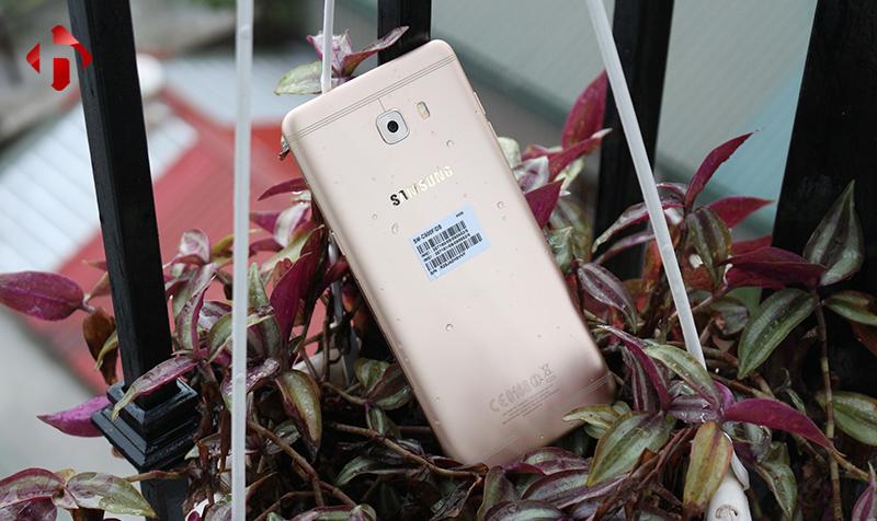 Thiết kế kim loại trên Galaxy C9 pro