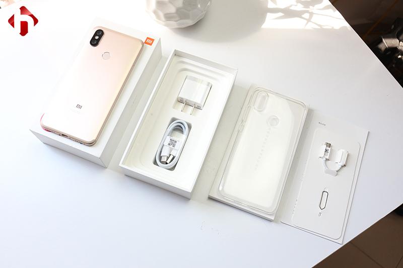 Kiểm tra các phụ kiện đi kèm theo máy của Xiaomi 6X