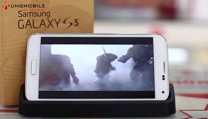 Galaxy S5 Au có thêm dock sạc giúp bạn không phải mở cổng sạc